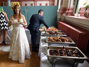 要扔的食材成婚宴 宾客得知真相后的第一反应亮了