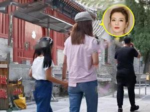 赵薇进庙疑求转运 近年商场运势不佳曝再败