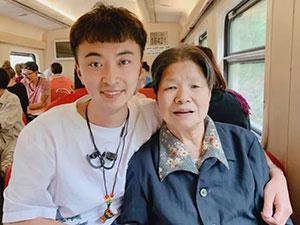 小伙带90岁外婆去旅行 孝心感动众人行孝什么时候都不晚
