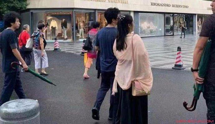 李健与妻子牵手逛街