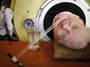 男子躺铁桶67年 他的故事颇具传奇色彩精神