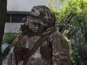 大学生玩手机撞掉雕塑头 事情详情后续笑倒一众网友