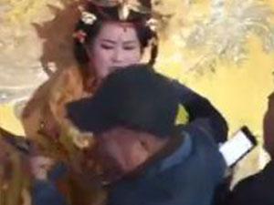 女演员被老人强抱 具体详情始末曝光被强抱