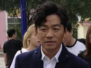 王宝强现身云南参加活动 现场照片曝光这身