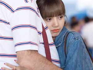 Lisa和爸爸拥抱告别 Lisa爸爸高大壮实父母是什么来头