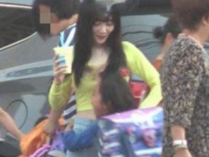 李小璐露脐装接女儿 甜馨见妈妈飞扑熊抱很开心长高很多