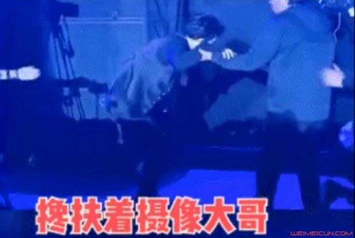 薛之谦掉下舞台