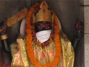 印度给神像戴口罩 原因详情曝光背后另有意义