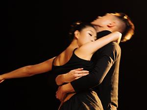 著名舞蹈家夏冰最新剧照:我倾向你的嘴唇,亲吻大地