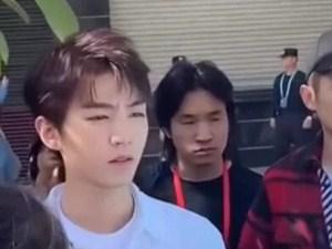 王俊凯被黄牛搂肩 经过画面及背后真相揭露