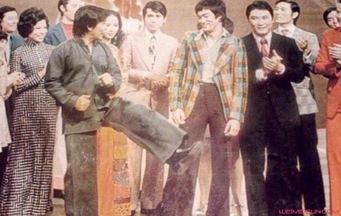 郑锦昌(前排左)当年在李小龙(前排右)面前展现武功