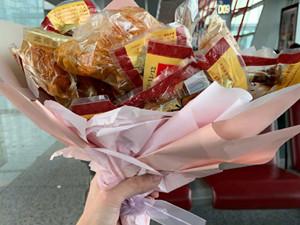 张若昀机场被送鸡腿 这是林婉儿范闲之间的定情物