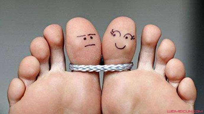 男子脚趾变成拇指
