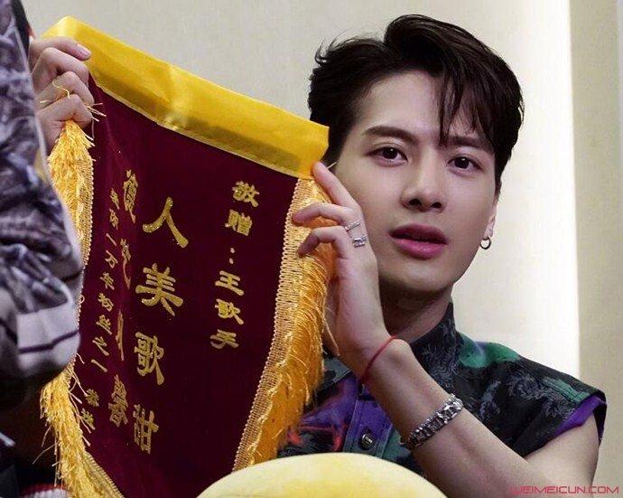 王嘉尔被粉丝送锦旗