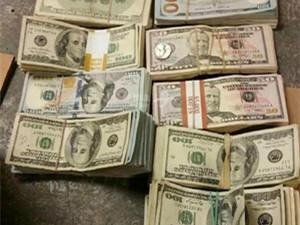 抢银行后当街撒钱怎么回事 网友:来自圣诞老人的疑惑