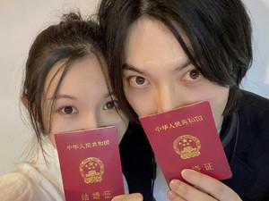 简弘亦领证结婚 与老婆喜晒结婚证详细个人