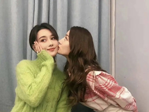 热巴亲吻张馨予 俩美女同框超养眼热巴吻得好用力啊