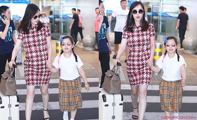 马蓉与女儿机场照