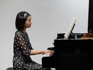 黄磊大女儿弹钢琴照火了 多多剪短发文艺气