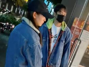王思聪为女友撑伞 现场曝光二人穿情侣装新