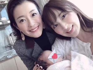 吴佩慈抱四胎出镜 素颜样子不像42岁的妈妈