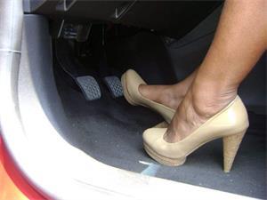 为什么穿高跟鞋不能开车?