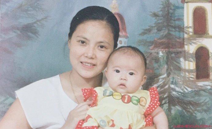 徐艺方儿时与妈妈合照