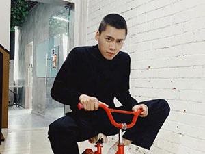 李易峰骑儿童自行车 搭配寸头发型既帅气又