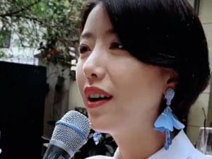 李亚鹏女友酒吧唱歌 人美歌甜精致打扮两人