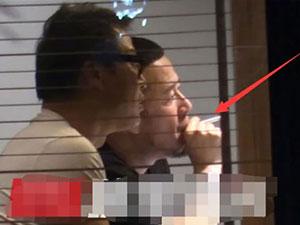 曝杨坤餐厅内吸烟 其吸烟动图曝光看到这一