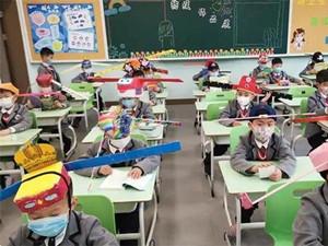 杭州小学生戴一米帽上课 具体详情画面曝光有趣也有意义