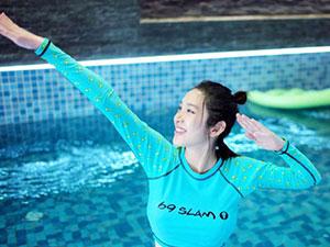 唐艺昕孕期游泳 准妈妈晒泳池照这一细节十