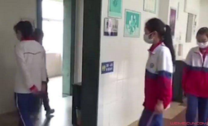 学生排队上厕所像进考场