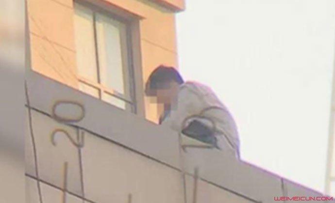 男子楼顶撒钱欲跳楼