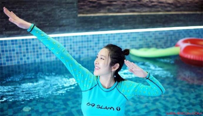 唐艺昕孕期游泳