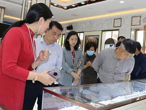 王成饶一行到夏清华珠宝公司视察指导