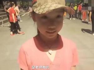 8岁女孩被大妈选为广场舞领舞 仅学3个月就