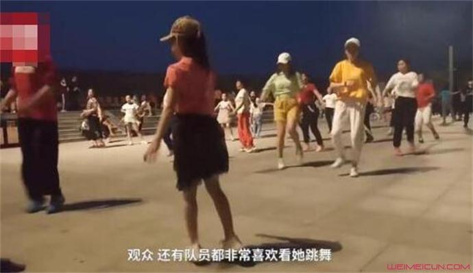 8岁女孩被大妈选为广场舞领舞
