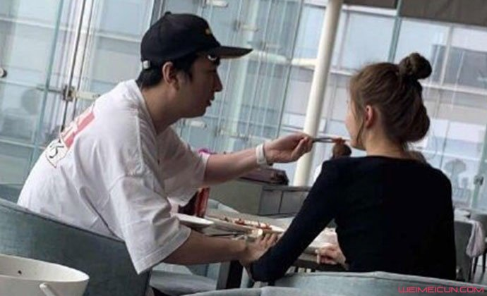 王思聪给新女友喂食
