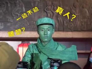 景区小伙扮雕塑15分钟不眨眼 不少游客一直