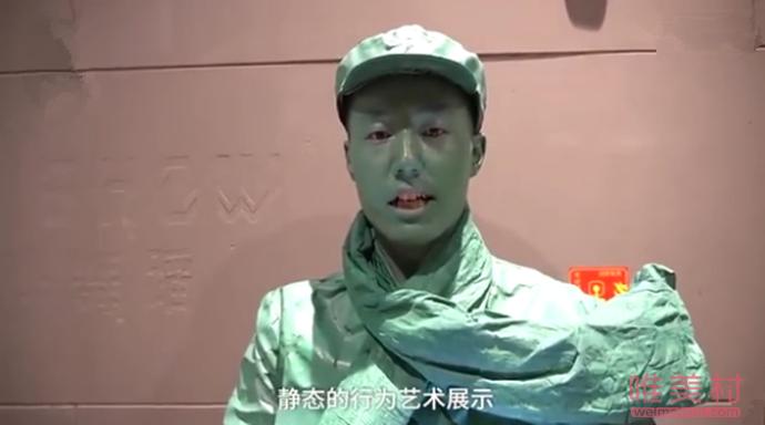 景区小伙扮雕塑15分钟不眨眼