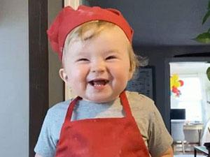 1岁萌娃成小厨神爆红网络 做菜画面曝光这也太可爱了吧