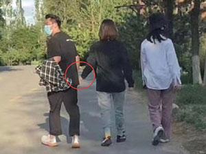网友偶遇郑恺苗苗逛公园 婚后首次露面这些