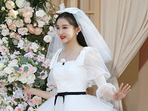 关晓彤婚纱造型太美了 大家却把目光放在了关晓彤的脚上