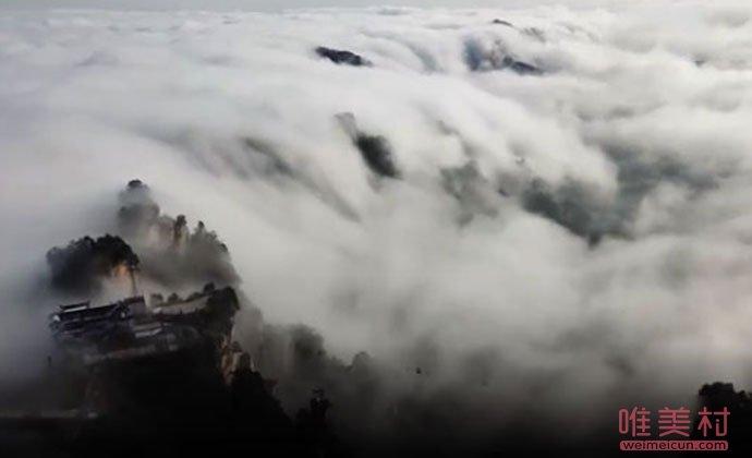 流云飞瀑壮美景观
