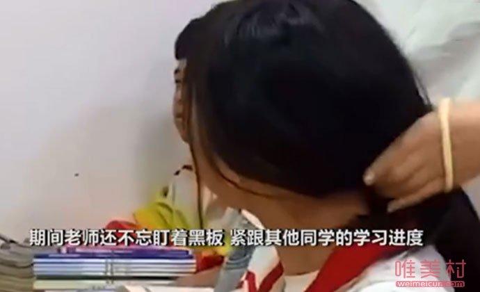 女老师为学生扎头发