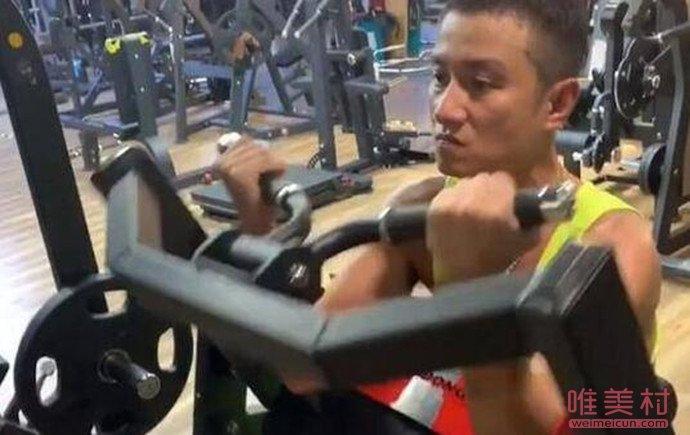 文章现身健身房撸铁表情凶狠