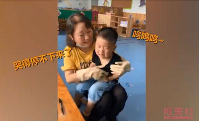 老师安抚大哭的男孩
