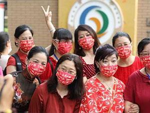 家长戴高考必胜红色口罩 花式助阵高考必胜红口罩很醒目
