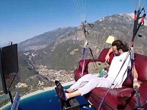 土耳其男子坐沙发飞上天 现场画面曝光是怎么做到的